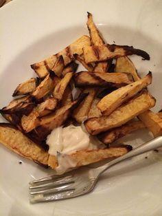 (Recept: Koolraap Ovenfrietjes - Caro's Kitchen) Heerlijk gekruid! Zelf snijden als dikke oma's frieten, of gewoon een zakje kant en klaar koolraap dunne reepjes kopen.