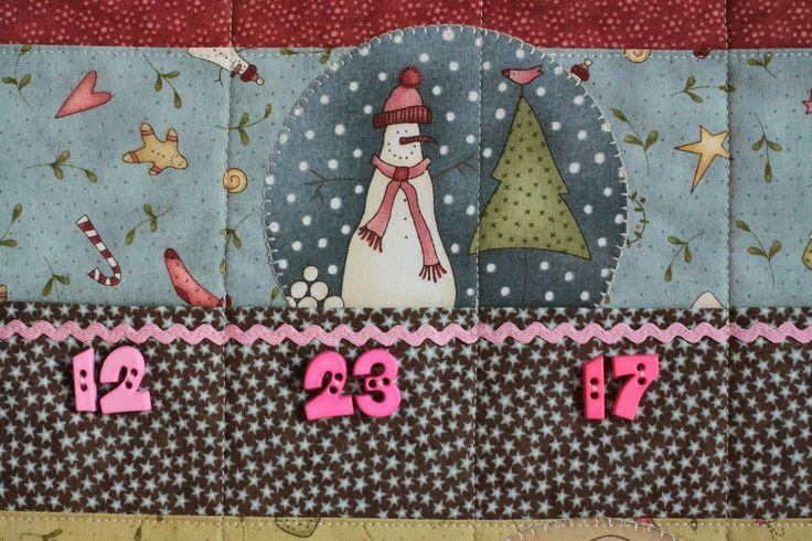 Adventní kalendář Rok se s rokem sešel a Vánoce tu zase budou cobydup. Ach, jak ten čas letí... Vánočním látkám designérky Anni Downs nelze odolat. Jsou kouzelné a Vánoce kouzelné být mají. Ušít z nich adventní kalendář se přímo nabízelo. Kalendář je zhotoven ze tří vrstev, aby pěkně držel tvar (horní, uvnitř výztuha a světlá jednobarevná podšívka), je ...