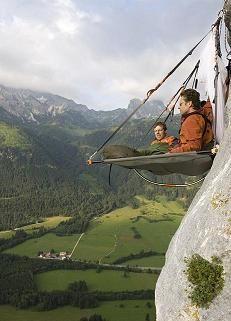 Ubernachten in einer senkrechten bis überhängenden Felswand nach Manier der Bigwall