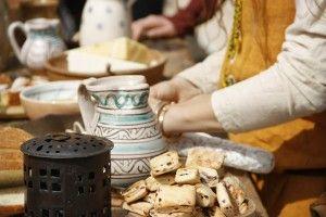 """Piero Camporesi faceva notare che nelle antiche società di ceppo ariano il verbo indicante l'acquistare al mercato (usato anche nel senso di vendere) aveva connessioni etimologiche con gioire di un nutrimento, consumare, """"nutrire e allevare"""", connesso anche con il significato di """"salvare e guarire""""  http://www.antrocom.org/antichevie/2014/08/il-mercato-antico-e-i-suoi-produttori/"""