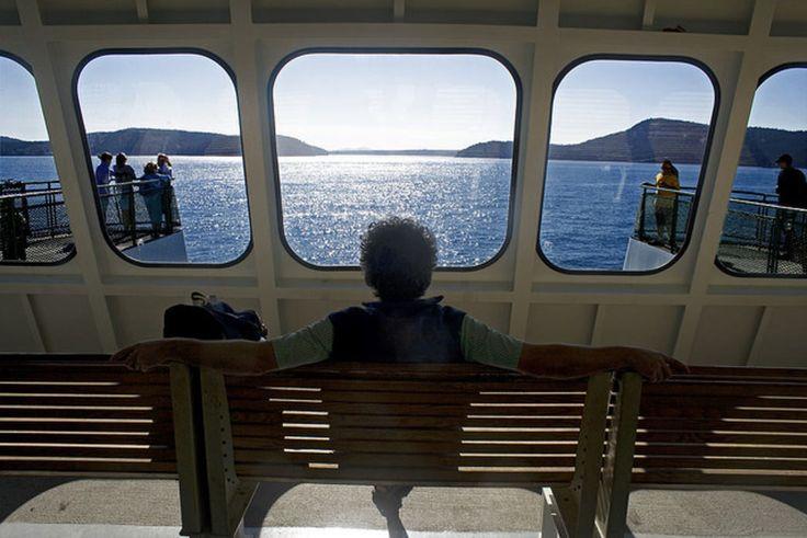 Женщина садится и наслаждается поездкой на остров Сан-Хуан.