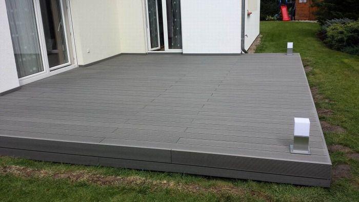 Profil deck wpc relazzo puro culoare fumo. Modele de Deck WPC Rehau compozit pentru terse exterioare si piscine, comercializat de catre Top Design Flooring are o durabilitate crescuta, pe de o parte datorita compozitiei avand 60% fibra lemnoasa, 35% polietilena de inalta densitate si 5% aditivi, dar si datorita grosimii straturilor de material compozit, greutatea pe mentrul patrat fiind mai mare.
