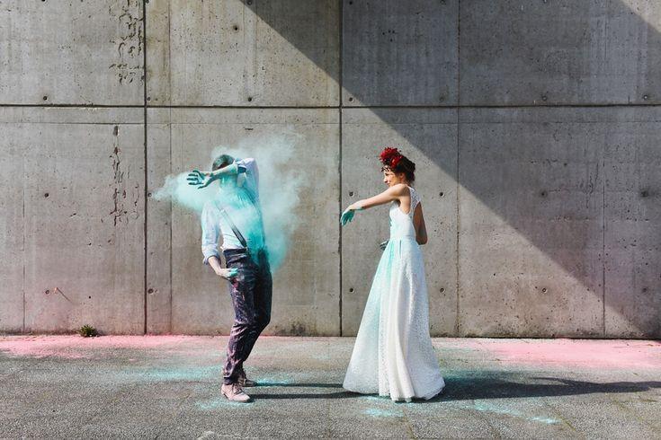 Aujourd'hui, on chasse la grisaille sur le blog avec un Trash the dress original, inspiré de la fête des couleurs Holi ! Pour une séance engagement ou après...