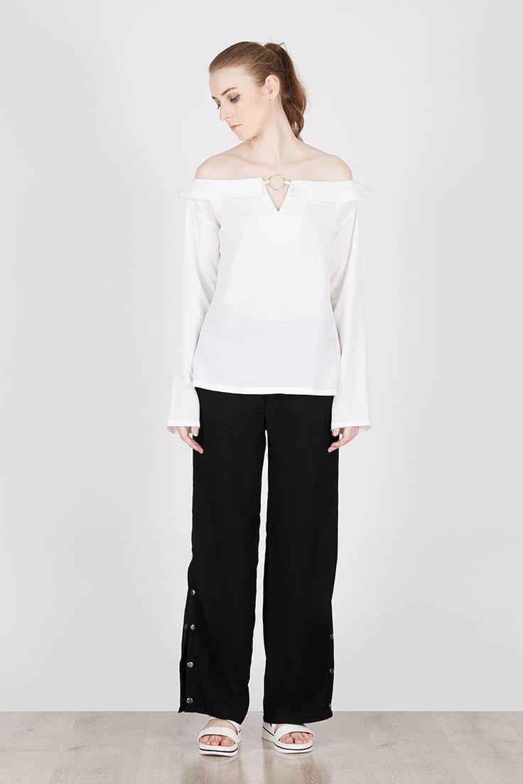 Philipa Blouse White  Berrybenka Label  IDR202.300  Tampil cantik dengan atasan off shoulder lengan panjang ini dengan akses embelish di bagian dada. Padu padankan dengan celana warna netral untuk tampilan casualmu.   White Blouse | Berrybenka.net