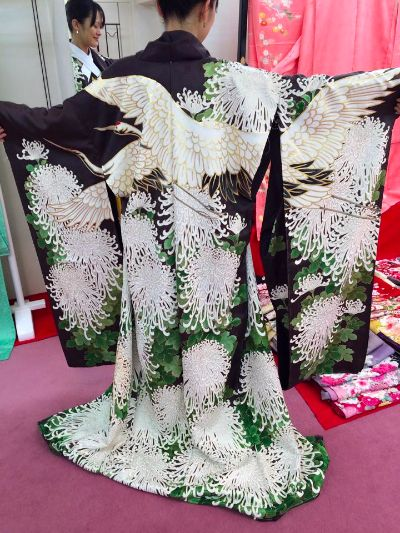 Formal kimono for unmarried women. Design of crane s and white chrysanthemums: 振袖・鶴と白菊