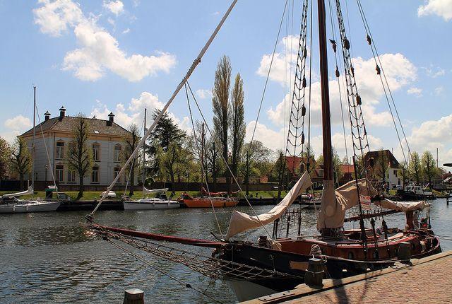 De Oosterhaven is één van de historische havens die Medemblik rijk is. Deze biedt uitstekende faciliteiten: modern, maar ook met ligplaatsen in de oude haven naast de Bruine Vloot of de oude visafslag.