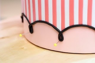 How to create perfect loops with thin fondant ropes: use pins!