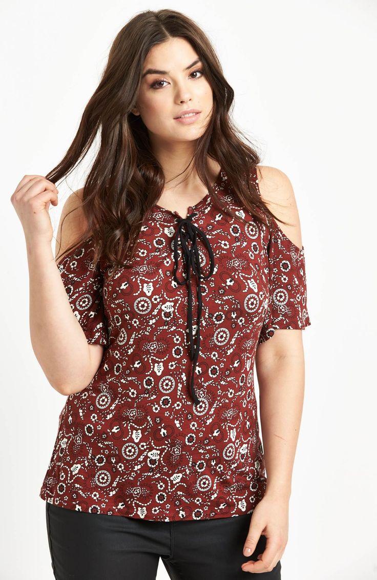 Modna bluzka z odkrytymi ramionami marki So Fabulous. Dostępna od roz.42 do roz.56, 135 zł na http://www.halens.pl/moda-damska-na-gore-bluzki-caa-kolekcja-17978/bluzka-575779?imageId=398480&variantId=575779-0018