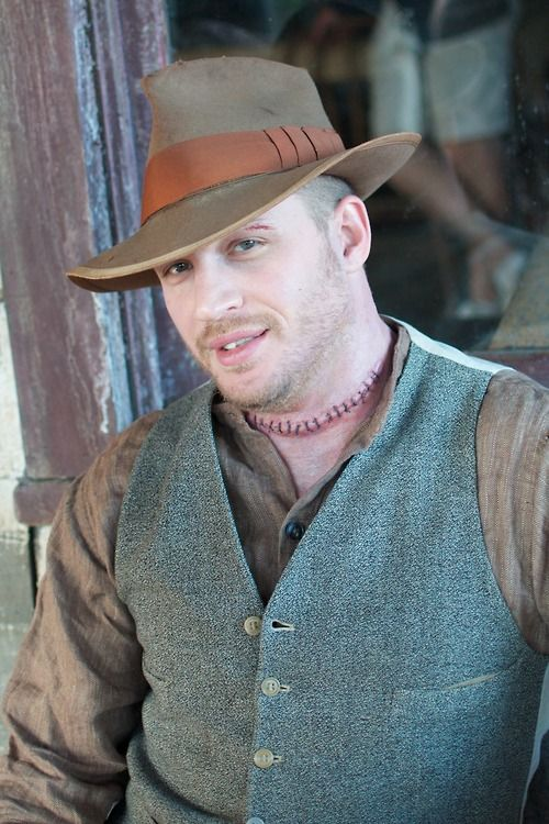 Tom Hardy playing Forrest Bondurant is one of the most precious thing in this world. It's incredible how flexible this man is as an actor. I just love him. <3
