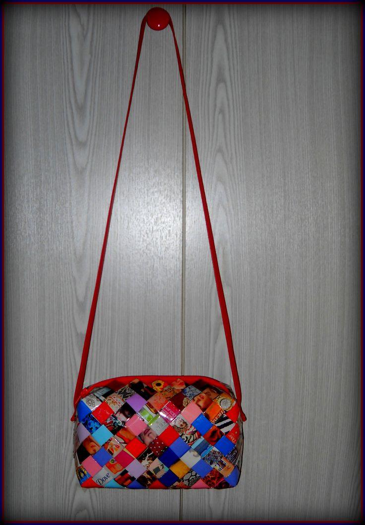 Βαρελάκι από περιοδικό και διάφορα έντονα χρώματα. Διαστάσεις: 24εκ.(μήκος) Χ 15εκ.(ύψος) Χ 11εκ.(πάτος).Με κόκκινο φερμουάρ και κόκκινο λουράκι ταχυδρόμου.