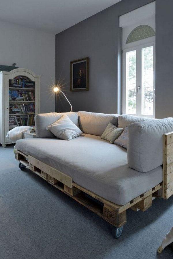 Sofá cama hecha}o con tarimas de madera
