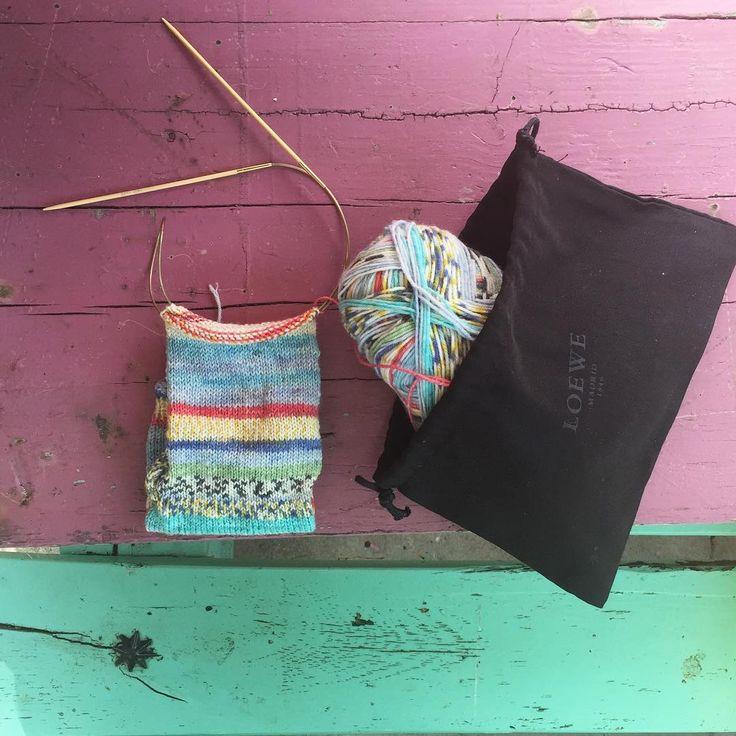 Ya casi tengo el segundo calcetín, y con bolsita de labor de lujo #reciclar #Loewe #socks #knitting #knittingsocks #wool #woolsocks #Drops #circularneedles