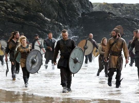 Aqueron (como lo conocemos muchos menyons) o mejor dicho Travis Fimmel es el protagonista en la serie Vikins (Vikingos) del Canal Historia (Channel History) alli le conoceremos como Ragnar ;) (Foto 3)