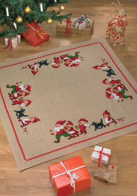 Færdigsyet Juletræstæppe - Nissefamilie med hund eller kat  Permin design.  Str. 120 x 120 cm   Færdigsyet og monteret juletræstæppe, broderet på Jute med 4 tråde per cm.  Lige til at ligge under træet!