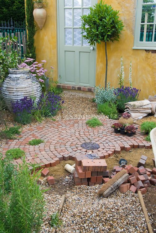 a circular brick patio would be fab for our tiny backyard - Brick Garden 2015