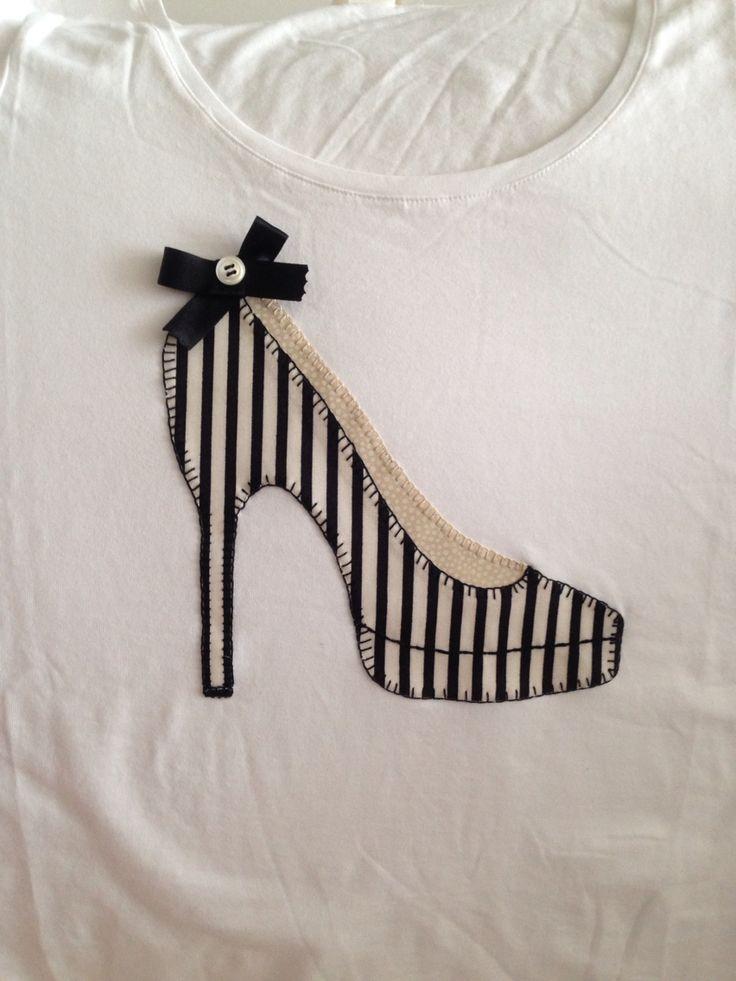 Camiseta con aplique de zapato de tacón.
