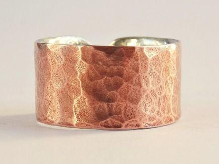 Bague pour homme ou pour femme, anneau ouvert assez fin et discret, en cuivre chemisé d'étain.