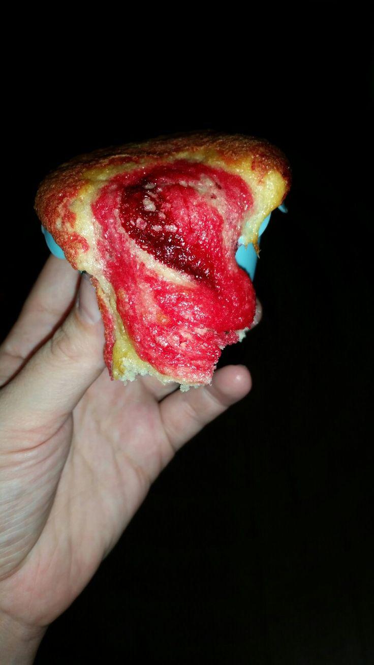 Vulkaan cupcake vulcano cupcakes easy to make. Volg je normale recept in het midden beetje beslag met kleurstof en dan normaal beslag bovenop tot aan rand zodat het gaat overstromen.