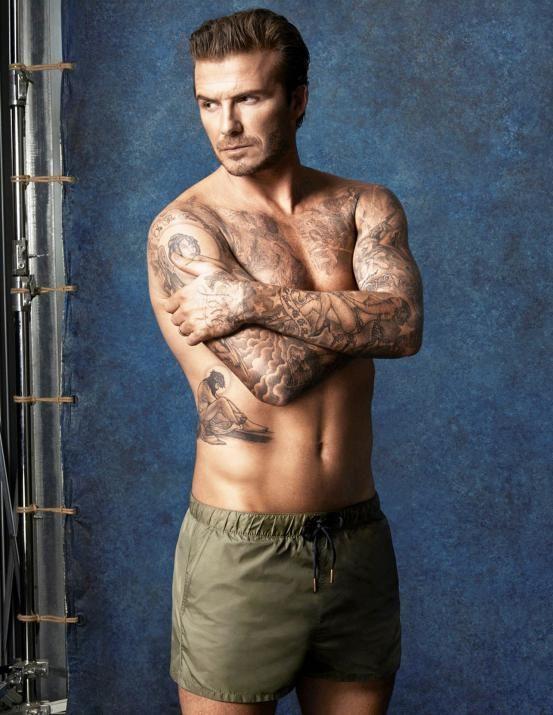 <p>Sexy daddy Beckham heeft niet één, maar een hele verzameling tattoos die zijn liefde voor Victoria uitdrukken. 'Love' op zijn linkerhand en 'Victoria' op zijn rechterhand, maar ook - onder andere - een tekening van zijn geliefde op zijn linkerarm. Romantisch!</p>
