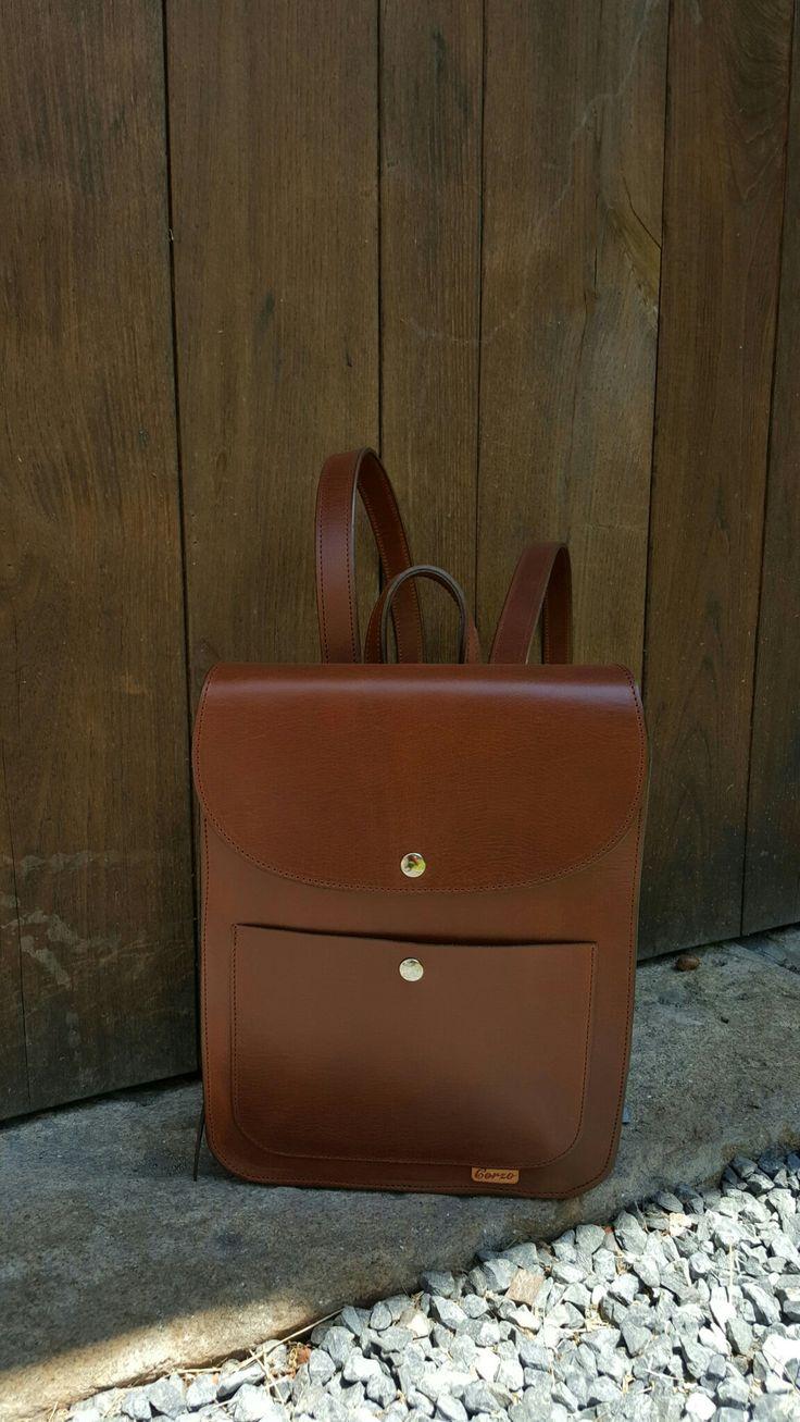 Preciosa mochila rígida de diseño sencillo donde el cuero en sí es el auténtico protagonista.  Beautiful  rigid backpack with simple design where the leather itself is the real protagonist