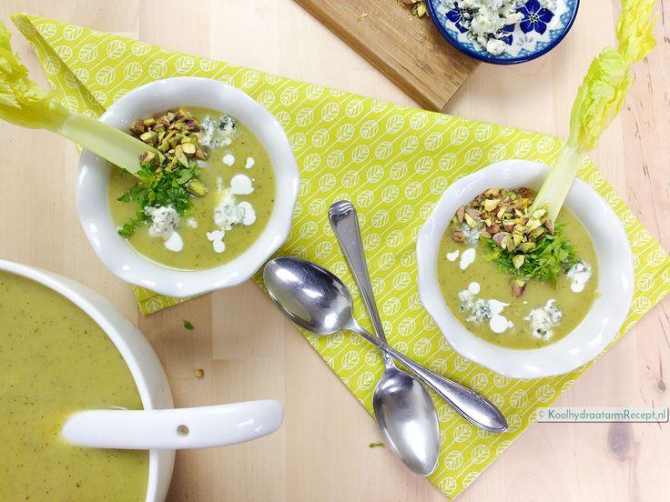 Zin in een snelle, makkelijke maar toch feestelijke soep? Dan moet je deze Bleekselderij courgettesoep met topping naar eigen smaak gauw eens proberen!