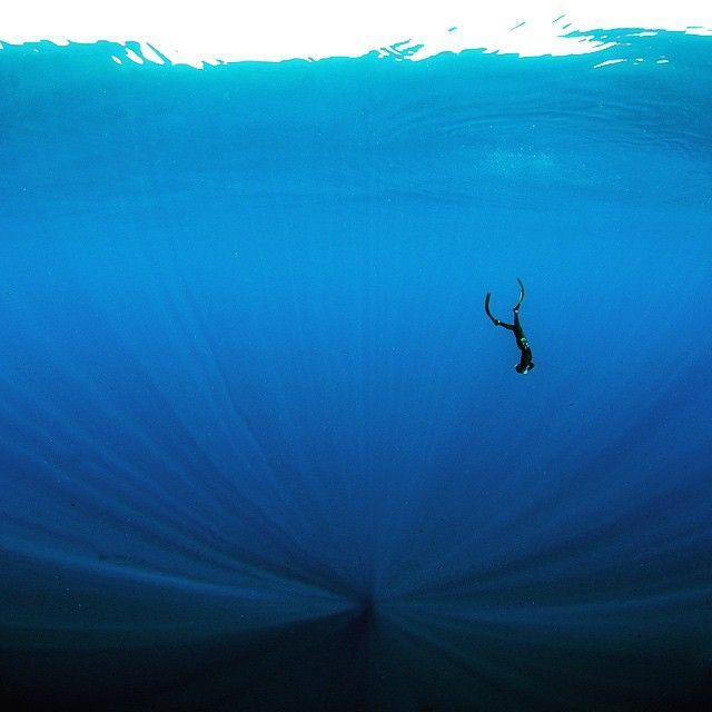 Hej! Jag heter Annelie Pompe (@annelieadventures) och är professionell äventyrare och fotograf. Jag kommer ta er med på fotografiska äventyr djupt och högt. Kanske mest på djupet eftersom jag började min fotokarriär under ytan och håller till en del där. Jag såg så många vackra och stora havsmiljöer jag ville visa alla ovan ytan, och ville förmedla den fantastiska känslan av frihet och viktlöshet i havet.  Alla undervattensfoton är tagna på ett andetag, fridykandes, utan blixt med en Olympus…