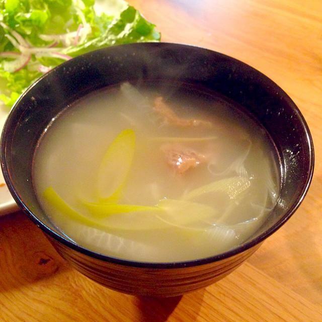 今夜は韓国風で揃えたご飯にしたかったけどスーパー時間がなかったので、昨日の牛すじ肉と出汁を使ったコムタンスープだけ作ってありあわせのおかずとご飯で夕飯を済ませました。これ、出汁さえあれば瞬時に作れることが判明&美味&コラーゲン!またやろっと☺︎ - 3件のもぐもぐ - 牛すじのコムタン風スープ by yamamotoke