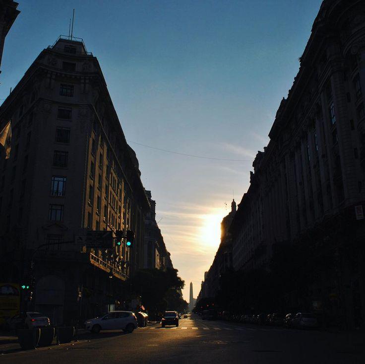 La silueta del Obelisco recortada por la hora dorada. . . . . . . . . . . . . #obelsico #centro #buenosaires #cielo #horadorada #goldenhour #silueta #pictureoftheday #atardecer #porteño #argentina #ciudad #city #skyline #diagonales #junio #otoño #frio #domingo #mirandabosch