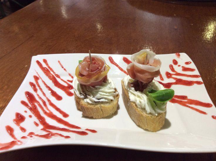 Rosas de jamón con queso y pimiento caramelizado