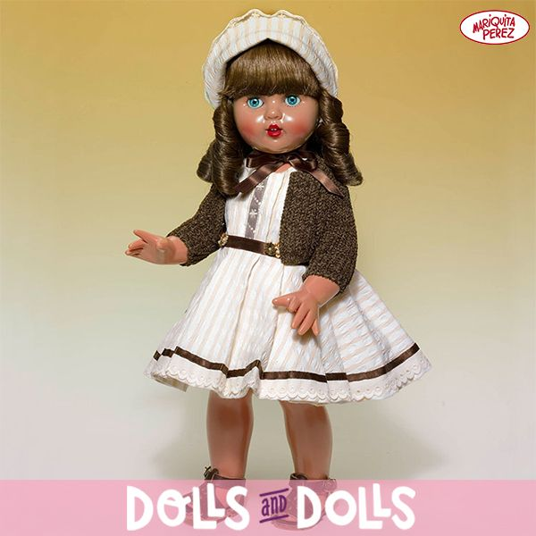 #MariquitaPérez luce un elegante vestido beige con el que se despide de un caluroso verano. Sin duda, Mariquita Perez sigue siendo una auténtica joya para los coleccionistas y amantes de esta famosa #muñeca que nunca pasa de moda. #Dolls #DollsMadeInSpain #Bonecas #Poupées #Bambole #MariquitaPérezDolls #MuñecasDeColección
