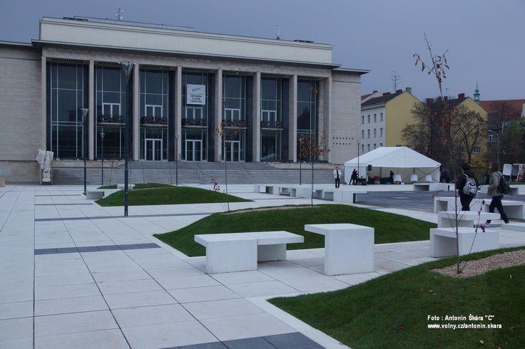 Janáčkovo divadlo (2015) - Fotoreportáž: Světelná stěna u Janáčkova divadla a návrat skladatelův | OperaPlus