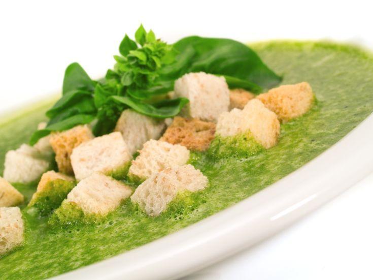 Špenátová polievka s chlebovými krutónmi