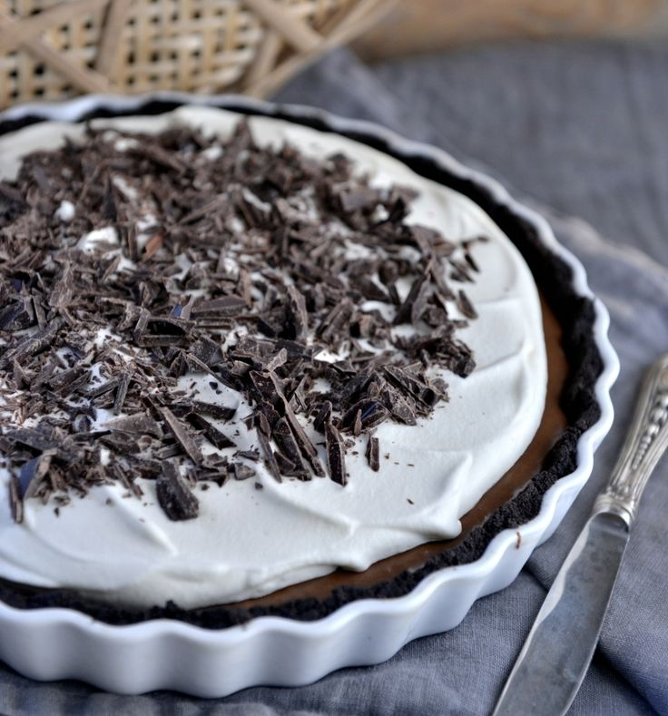 Oppskrift og foto: Franciska Munck-Johansen Fransk silkepai – eller French silk pie, er en klassiker, som oppstod i sørstatene i USA. Den har en sprø kjeksbunn og et silkemykt fyll med en rik smak av sjokolade, toppet med luftig krem. Den smaker helt fantastisk, men er overraskende enkel å lage. Men beregn litt god tid. …