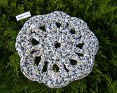 Fleur dessous de plat Trapilho taupe chiné à pois : Meubles et rangements par maryzdko