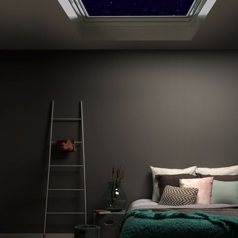 Slapen onder de sterren in een heerlijk warm bed. #cosy #bedroom #slaapkamer #dakraam