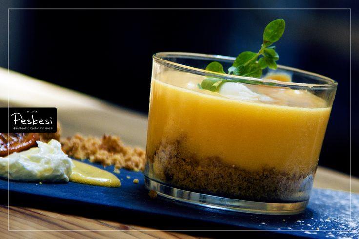 Η αιωνόβια λεμονιά μας, που στέκεται καμαρωτά στην αυλή του εστιατορίου μας, δεν είναι μόνο για ομορφιά. Μας τροφοδοτεί με τα υπέροχα λεμόνια της ώστε να φτιάχνουμε αυτήν τη νοστιμότατη λεμονόπιτα!