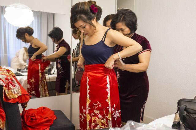 Dat het er bij Chinese bruiloften net iets anders aan toegaat, dat zie je in deze bruiloft van Lisa en Boon. Mooie traditionele kleding, een theeceremonie, twee bruidsjurken en een knalfeest.