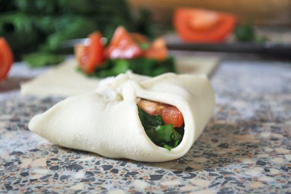 Feine Blätterteig-Taschen gefüllt mit Tomaten, Spinat und Oliven. Das einfache Rezept, dass super als Beilage oder als Znüni gegessen werden kann.