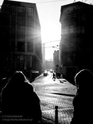 Ludzie chodzą w Poznaniu