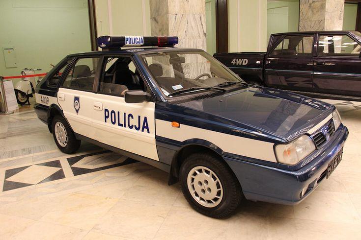 Policyjny Polonez z 1992 r. Silnik 2-litrowy o mocy 105 KM. Policja używała Polonezów do 2008 r.