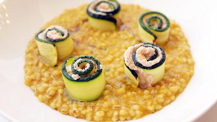 A Casa Alice lo chef Marco Valletta prepara un piatto fresco e leggero: orzotto in peperoni gialli con rotoli di zucchina
