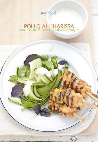 spiedini di pollo all'harissa, insalata di cetrioli e salsa allo yogurt su www.pane-burro.blogspot.com