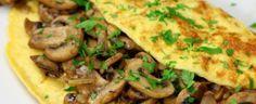 Omelet met gebakken ui, champignons en bieslook