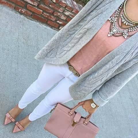 Outfit con jeans blancos, blusa rosa pálido y suéter gris.