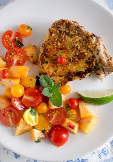 Kotlety schabowe z sałatką pomidorowo-brzoskwiniową