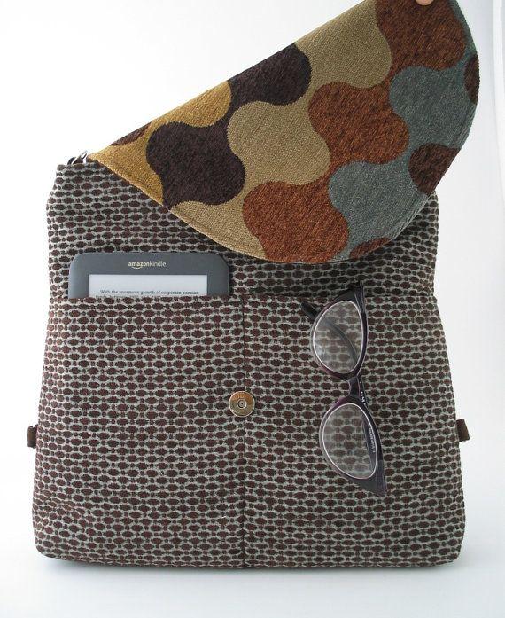 Esta bolsa de alta calidad es hermoso y funcional - puede ser usado como una mochila, messenger-Cruz bolsa de plástico, o como bolso de hombro - bolso de mano. para llevar a todos la necesidad de que el día, incluyendo nuestros ipad. y excelente para viajes también.  la bolsa viene con 2 manijas ajustables independientes de vegan negro ultra-suede. para messenger - que utilizar solamente una manija y ajustar la longitud para el máximo para el bolso de hombro corto-usted puede ajustar la…