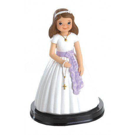 Accesorios Comunión: bonita figura para decorar la tarta de la Primera Comunión. Niña vestida de blanco con un llamativo fajín de lazada en color violeta y un delicado rosario en las manos. #figuratartacomunion #figura #tarta #comunion #munecospastelcomunion
