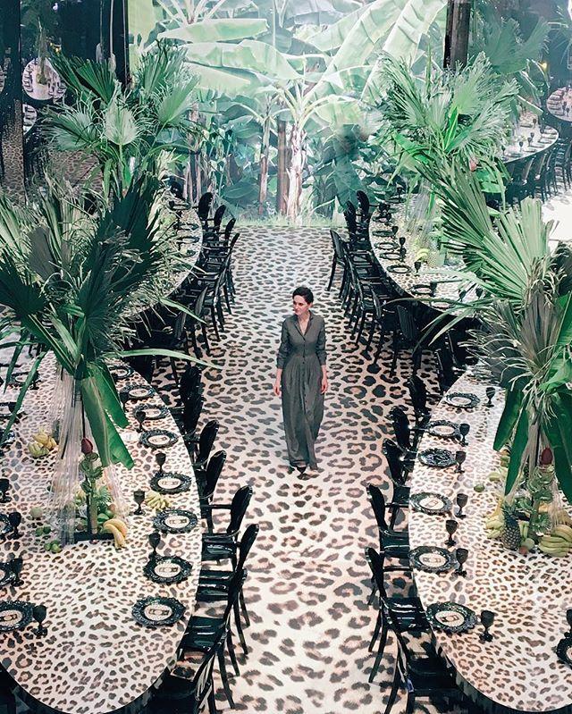 Вчера из весенней Москвы перенеслись на один вечер в настоящие тропики. И все благодаря яркой презентации интенсива Юли Шакировой. Леопардовый принт, черные акценты, гигантские банановые листья и множество фруктов. Смелое решение и один из безусловных трендов этого года. @shackirovajulia❤ #caramelwedding #шакироваинтенсив