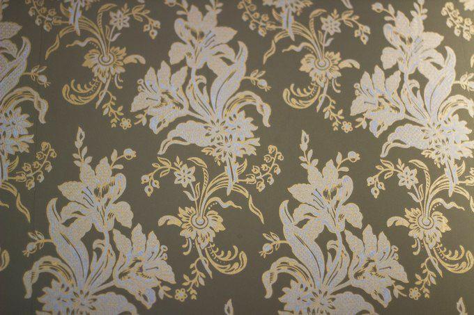 Vintage wallpaper with flowers. / Vintage-tapetti kukkakuvioilla. www.valaistusblogi.fi