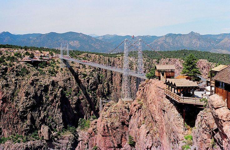 Puente de Royal Gorge (Colorado, Estados Unidos): Fue construido en 1929, pero no tuvo esos cables hasta 1982. Fue el puente a mayor altura hasta 2003 (Wikimedia Commons).